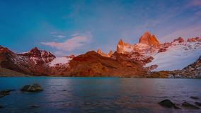 Ansicht des Bergs Fitz Roy und des Sees im Nationalpark Nationalpark Los Glaciares bei Sonnenaufgang Herbst im Patagonia stock video