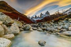 Ansicht des Bergs Fitzroy während des Sonnenuntergangs Argentinien-Patagonia im Herbst stockbilder