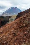 Ansicht des Bergs Ngauruhoe - Berg-Schicksal von alpiner Kreuzungswanderung Tongariro mit Wolken oben und rotem Krater im Vorderg stockfoto