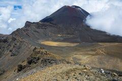 Ansicht des Bergs Ngauruhoe (a K A Mt-Schicksal) und der Südkrater auf der alpinen Überfahrt Tongariro Lizenzfreies Stockfoto
