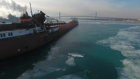 Ansicht des Betäubungsversenden Luftbrummens 4k über großes Frachtfracht containe den Öltanker, der langsam in Eisflussstadtbild  stock video footage