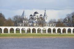 Ansicht des bewölkten Frühlingstages Yaroslav-Hofes Veliky Novgorod stockbilder