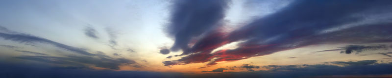 Bewölkter Himmel des panoramischen Sonnenuntergangs Lizenzfreies Stockfoto