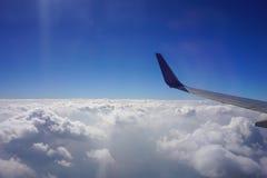Ansicht des bewölkten Himmels vom Flugzeugfenster Stockbild