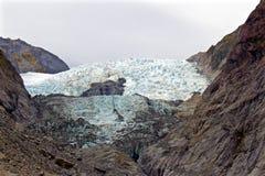 Ansicht des blauen Gletschers von unterhalb lizenzfreies stockfoto