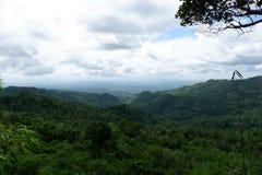 Ansicht des blauen Himmels über den Hügel für den Hintergrund stockfoto