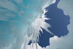 Ansicht des blauen Himmels durch hängende Eiszapfen Stockbilder