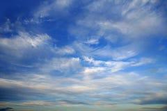 Ansicht des blauen Himmels vom Flugzeugflugzeug stockfotos