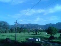 Ansicht des blauen Himmels von einem Dorf lizenzfreie stockfotos