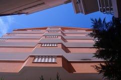 Ansicht des blauen Himmels zwischen den zwei Häusern, von unterhalb Lizenzfreies Stockbild