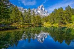 Ansicht des blauen Sees Lago, der nahe Breuil-Cervinia blau ist und Cervino bringen Matterhorn in ` Aosta, Italien Val D an stockfotografie