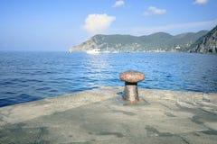 Ansicht des blauen Wassers des Mittelmeeres, die Berge von der Küste von Vernazza Cinque Terre, Nationalpark von Italien lizenzfreie stockfotos