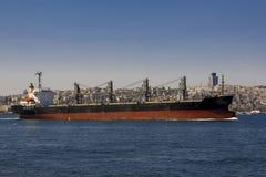 Ansicht des Bosphorus und der Schiffe und der Lastk?hne, die durch es segeln Ansicht von Istanbul durch das Bosphorus lizenzfreie stockbilder