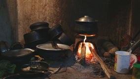 Ansicht des brennenden Feuers einen Topf für das Kochen in der lokalen Küche in Sri Lanka erhitzend stock video footage
