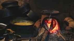 Ansicht des brennenden Feuers einen Topf für das Kochen in der lokalen Küche in Sri Lanka erhitzend stock video