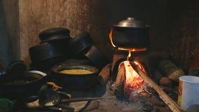 Ansicht des brennenden Feuers einen Topf für das Kochen in der lokalen Küche in Sri Lanka erhitzend stock footage
