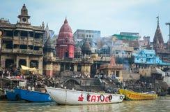 Ansicht des Brennens von Ghats auf Riverbank vom Ganges in Varanasi, Indien Lizenzfreie Stockfotografie