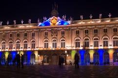 Ansicht des bunten belichteten historischen Gebäudes des Hotels de Ville in Nancy nachts Stockfotos
