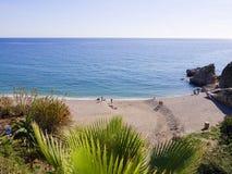 Setzen Sie das clifftop in Nerja Spanien auf den Strand Stockbilder