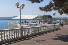 Ansicht des Café Hafens und der Eingang zum Strandhotel Kaukasus im beliebten Erholungsort von Gelendzhik Lizenzfreies Stockbild