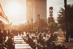 Ansicht des Cafés, der Straße und der Wolkenkratzer auf Hintergrund, Barcelona, Spanien lizenzfreie stockbilder
