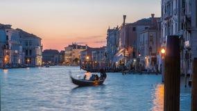 Ansicht des Canal Grande nahe Rialto-Markttag zum Nacht-timelapse nach Sonnenuntergang, Venedig, Italien sah vom Pier an stock video