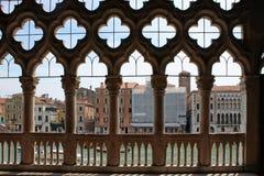 Ansicht des Canal Grande von Venedig durch das geschnitzte weiße Steingitter des Palastes lizenzfreies stockbild