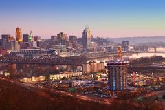 Ansicht des Cincinnati-Stadtzentrums in der Dämmerung lizenzfreie stockbilder