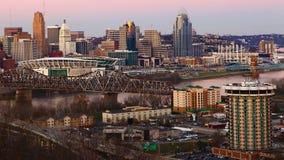 Ansicht des Cincinnatis, Ohio Skyline in der Dämmerung stockfotografie