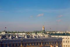 Ansicht des Dachs und der Flagge die Russische Föderation stockfotos