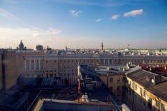 Ansicht des Dachs und der Flagge die Russische Föderation lizenzfreie stockfotos