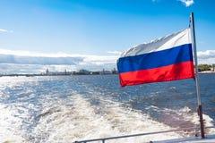 Ansicht des Dammes in der Stadt von Sankt-Peterburg am Sommertag Lizenzfreies Stockbild