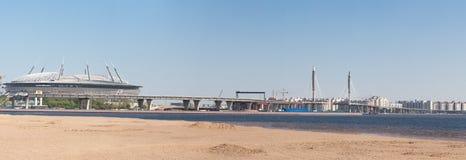 Ansicht des Dammes in der Stadt von Sankt-Peterburg am Sommertag Lizenzfreie Stockbilder