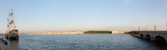 Ansicht des Dammes die Stadt Sankt-Peterburg am Sommertag Lizenzfreie Stockfotos