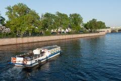 Ansicht des Dammes die Stadt Sankt-Peterburg am Sommertag Lizenzfreies Stockbild