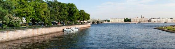 Ansicht des Dammes die Stadt Sankt-Peterburg am Sommertag Lizenzfreie Stockbilder