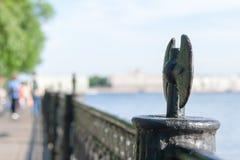 Ansicht des Dammes die Stadt Sankt-Peterburg am Sommertag Stockbilder