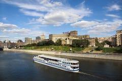 Ansicht des Dammes und des Bootes in Moskva Fluss in MOS Lizenzfreies Stockbild