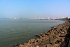 Ansicht des Dammes von Mumbai mit großen Steinen und Himmel Lizenzfreie Stockfotografie