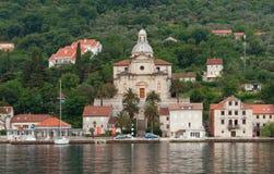 Ansicht des Dammes von Prcanj-Stadt vom Meer montenegro Lizenzfreies Stockfoto