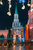 Ansicht des der Kreml-` s Nikolskaya Turms und des Zustands-historischen Museums auf Rotem Platz abend Regen Stockfotografie