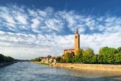 Ansicht des die Etsch-Flusses und der Santa Anastasia-Kirche, Verona Lizenzfreies Stockbild