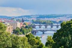 Ansicht des die Moldau-Flusses in Prag an einem Sommertag stockbild