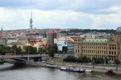 Ansicht des die Moldau-Flusses und das Fernsehen ragen in Prag hoch Stockbilder