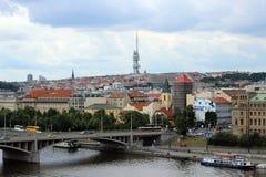 Ansicht des die Moldau-Flusses und das Fernsehen ragen in Prag hoch Lizenzfreie Stockfotografie