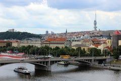 Ansicht des die Moldau-Flusses und das Fernsehen ragen in Prag hoch Stockfoto