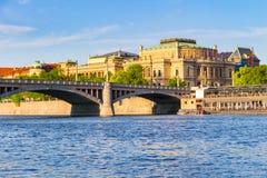 Ansicht des die Moldau-Flusses und der Brücken glänzte mit der Sonnenuntergangsonne, Prag, Tschechische Republik Lizenzfreies Stockfoto