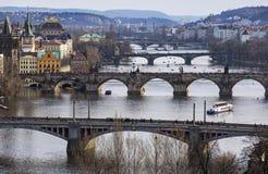 Ansicht des die Moldau-Flusses und der Brücken, Prag, die Tschechische Republik Lizenzfreies Stockfoto