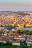Ansicht des die Moldau-Flusses und der Charles überbrücken geglänzt mit der Sonnenuntergangsonne, Prag, Tschechische Republik Stockbilder