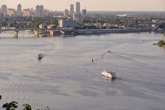 Ansicht des Dnieper-Flusses von der hohen Bank in Kiew Stockbild